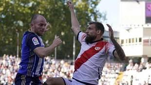 Isi disputa un balón Saveljich en el partido de la Ponferradina en...