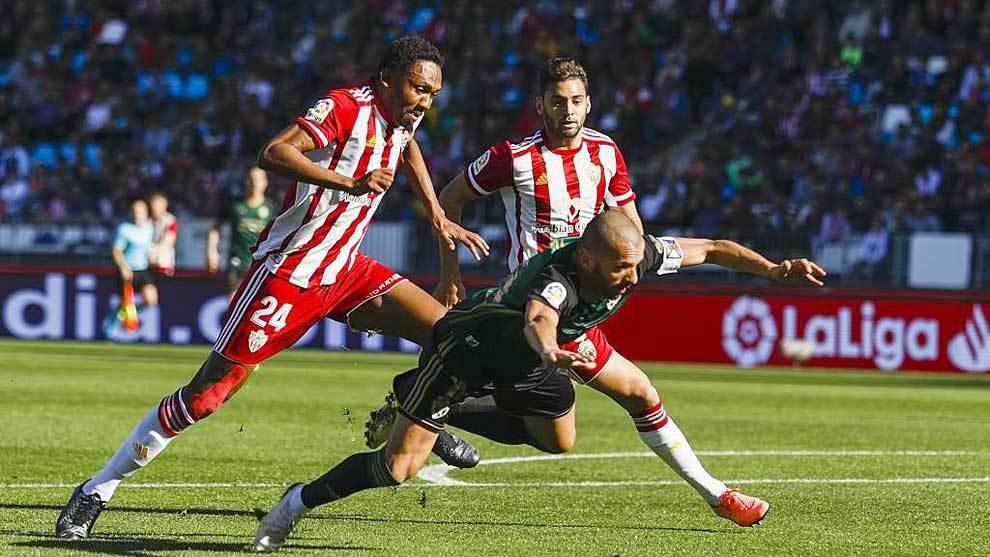 Owona derriba  a Yuri en el partido de la Ponferradina en Almería