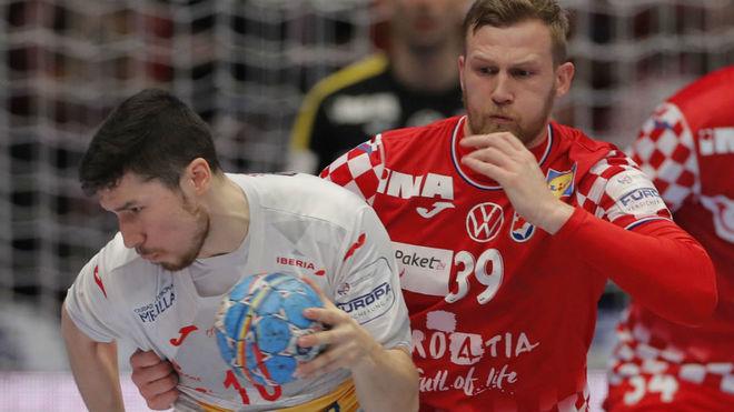 Alex Dujshebaev, defendido por el croata Mandic /