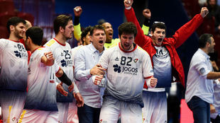 Los jugadores portugueses celebrando su victoria y su clasificación...