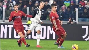 Cristiano Ronaldo marca con un tiro cruzado contra la Roma.