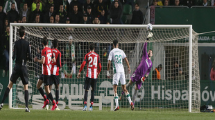 Herrerín tuvo una gran intervención en la primera mitad a tiro de...