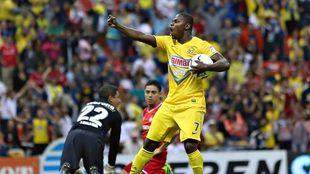Narciso Mina festeja un gol contra el Toluca.