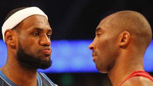 LeBron James mira a Kobe Bryant durante un All Star