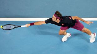 Federer se estira para llegar a una pelota