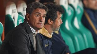 Míchel González observa el partido entre Santos y Pumas.