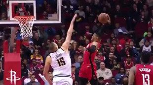 Westbrook machaca sobre Jokic