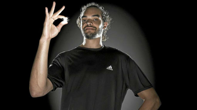 Joakim Noah posa en un acto con Adidas.