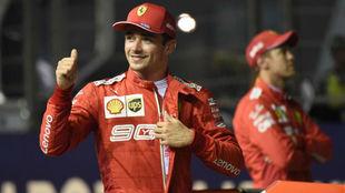 Leclerc celebra la pole en Singapur 2019, una cita en la que Vettel se...