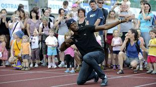 Usain Bolt, con decenas de niños, en un acto