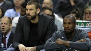 Marc Gasol y Serge Ibaka viendo un partido de los Raptors desde el...