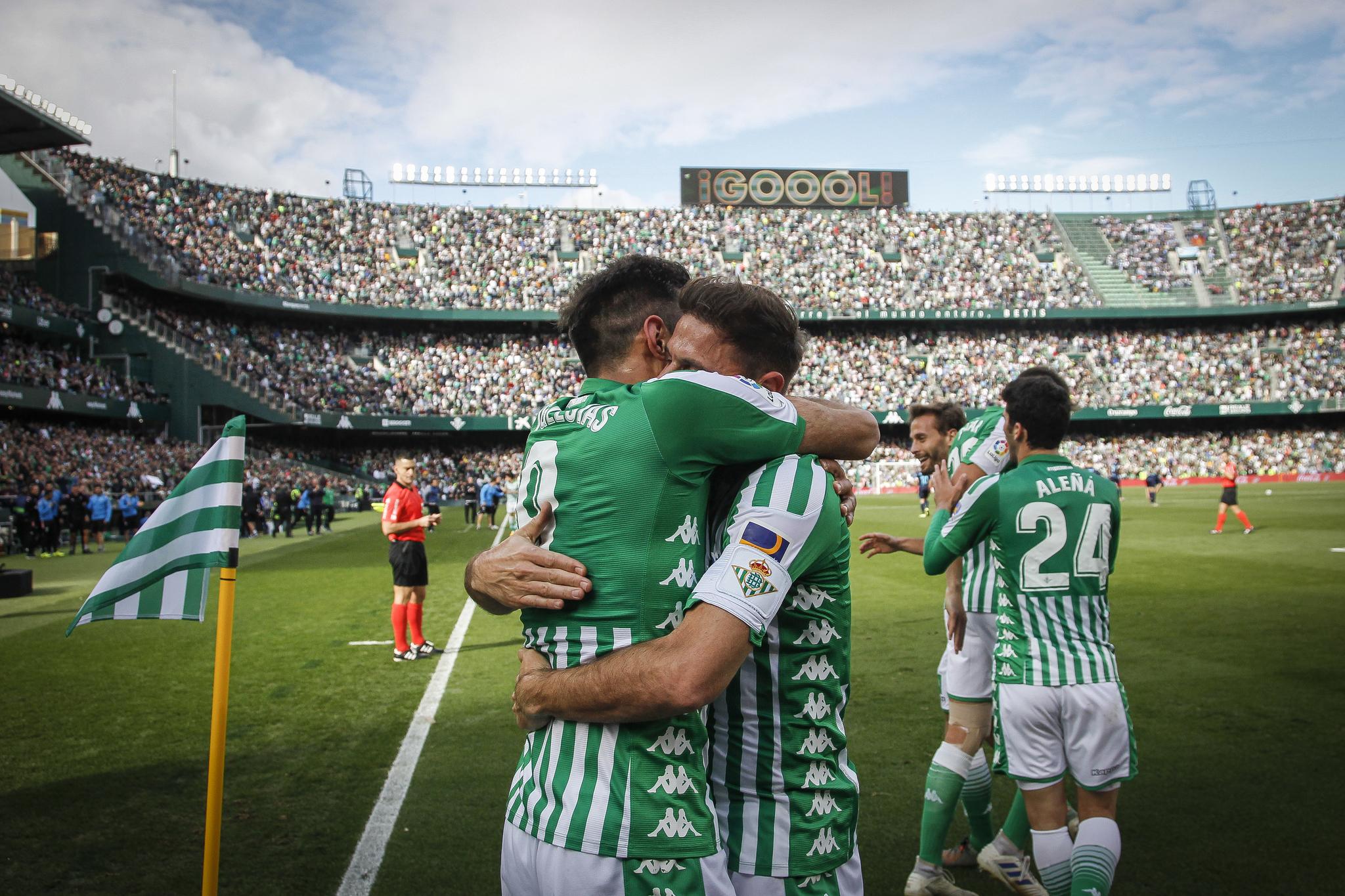 Borja Iglesias y Joaquín, abrazándose para celebrar un gol del Betis