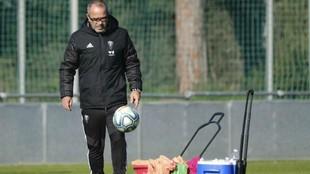 Álvaro Cervera toca balón antes de iniciarse un entrenamiento