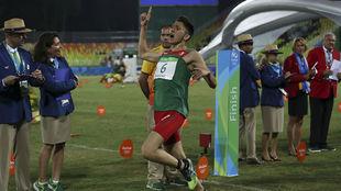 Ismael cruzando la meta de la carrera pedestre en Río 2016