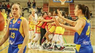 Las jugadoras del Spar Citylift Girona celebran el triunfo.