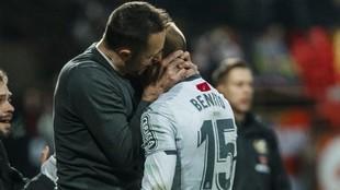 José Manuel Aira se abraza a Benito, autor del tanto de la victoria.