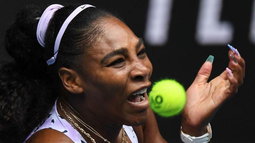 Serena está a punto de morder una bola