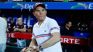 JC Chávez, listo para lanzar la primera bola.
