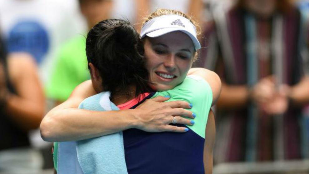 Wozniacki se abraza su verdugo Jabeur