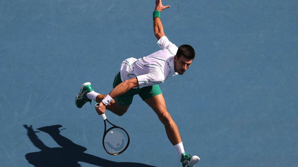 Djokovic intenta llegar a una bola