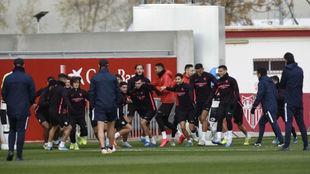 Los jugadores del Sevilla hacen un ejercicio.