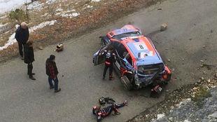 Tänak y su copiloto, Martin Järveoja, miran su Hyundai tras dar...