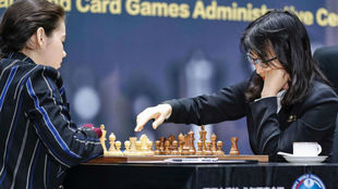 Aleksandra Goryachkina y Ju Wenjun, durante una partida.