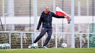Garitano lanza unos centros durante el entrenamiento.