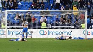 Los jugadores del Málaga se lamentan del gol del Lugo en La Rosaleda...