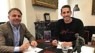 El presidente Manuel Franganillo con Alex Alegría tras firmar el...