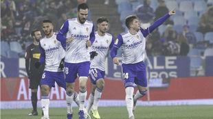 Los jugadores del Real Zaragoza celebran el gol de Guti ante el...