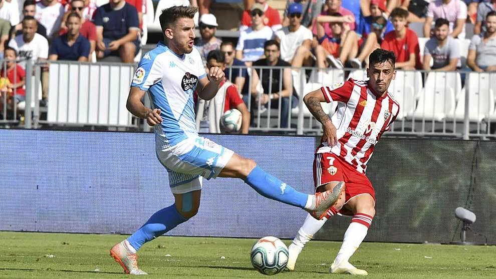 Gaspar Panadero pone un centro durante el partido ante el Lugo