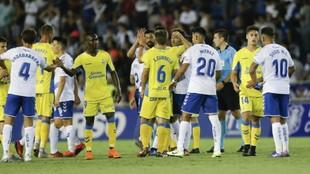 Los jugadores de Las Palmas y del Tenerife se saludan tras concluir el...