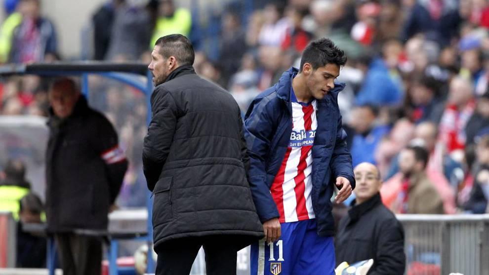 Raúl Jiménez, con Simeone en un partido del Atlético de Madrid.