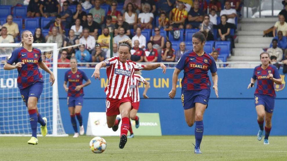 Amanda Sampedro conduce el balón en el duelo de ida en Barcelona.