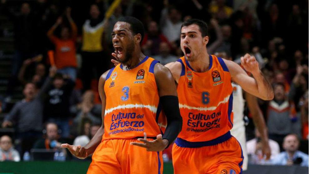 Jordan Loyd celebra delante de Alberto Abalde una canasta del Valencia...