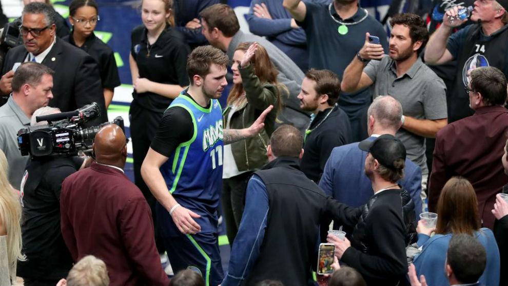 Luka Doncic deja la pista saludando a los aficionados.