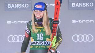 Mikaela Shiffrin sonríe en el podio tras romper una racha negativa y...