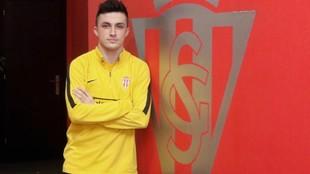 Manu García posa para MARCA delante de un escudo del Sporting