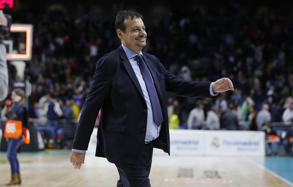 Ergin Ataman se marcha a los vestuarios sonriente tras ganar al...