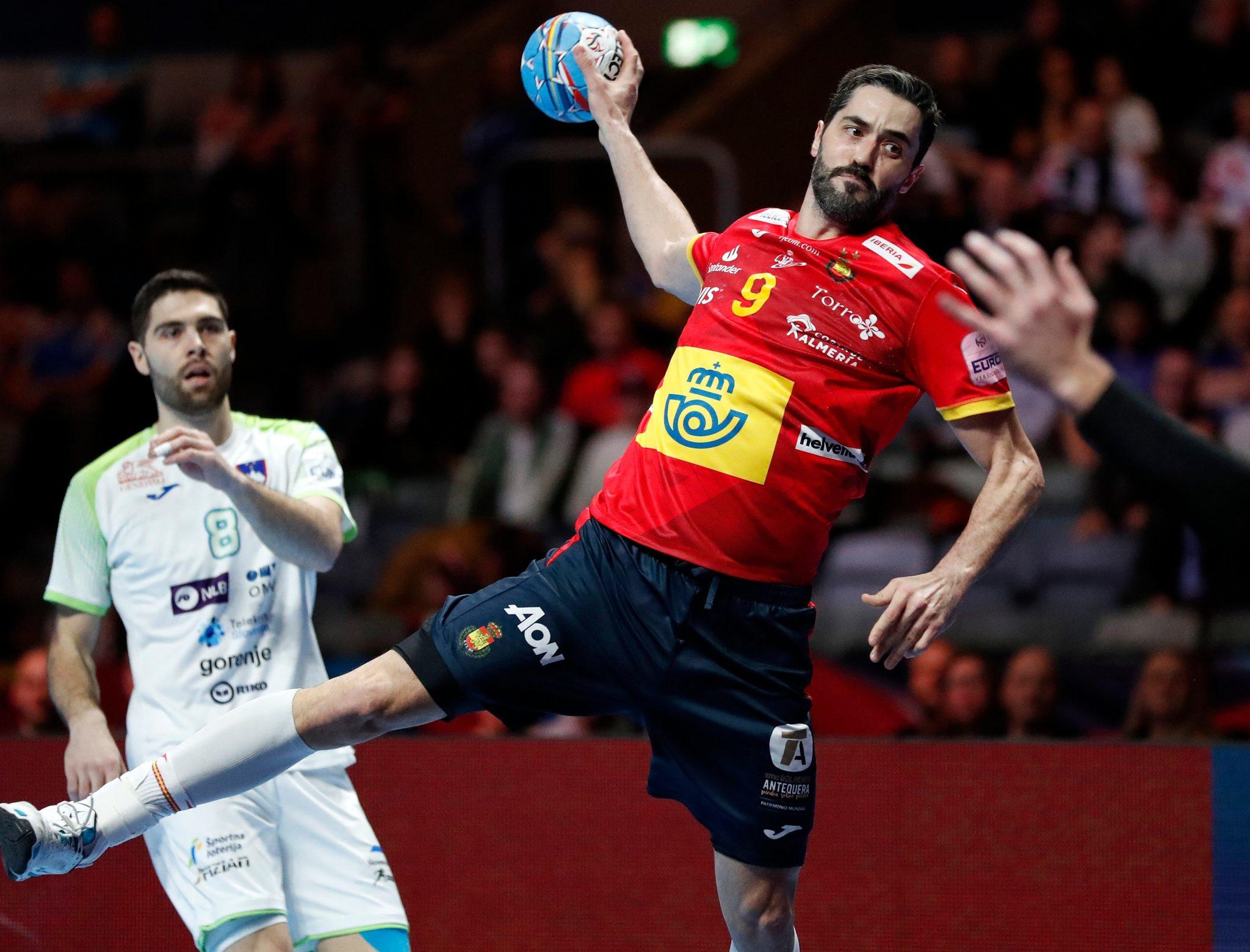 El capitán de la selección española, Raúl Entrerríos, lanza ante...