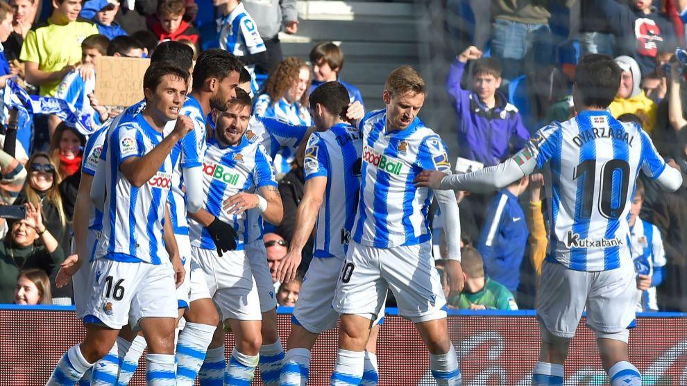 Willian José celebra con sus compañeros su último gol hasta la...