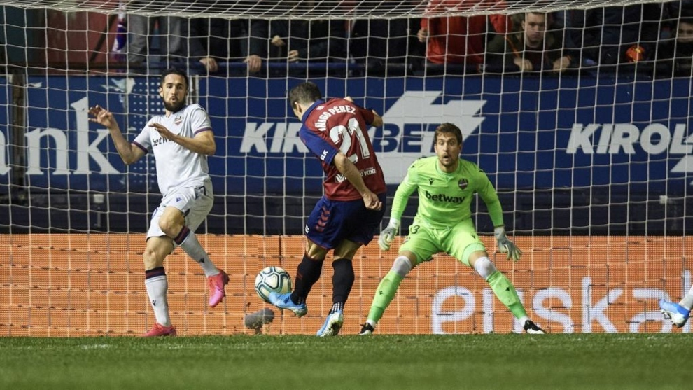 Iñigo Pérez dispara, ante Jorge Miramón, para hacer el 2-0 a Aitor...