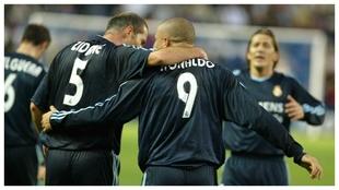 Zidane y Ronaldo celebran el gol con el que el Madrid ganó en Pucela...
