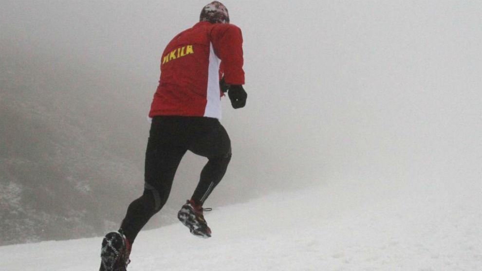 Un corredor en una prueba de snowrunning en Sierra Nevada.