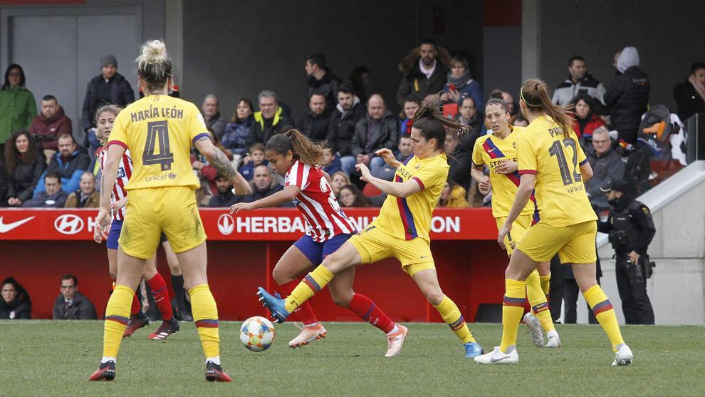 Lance del partido entre Atlético de Madrid y Barcelona en Alcalá de...