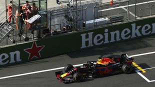 Ricciardo ve la bandera a cuadros en China en 2018