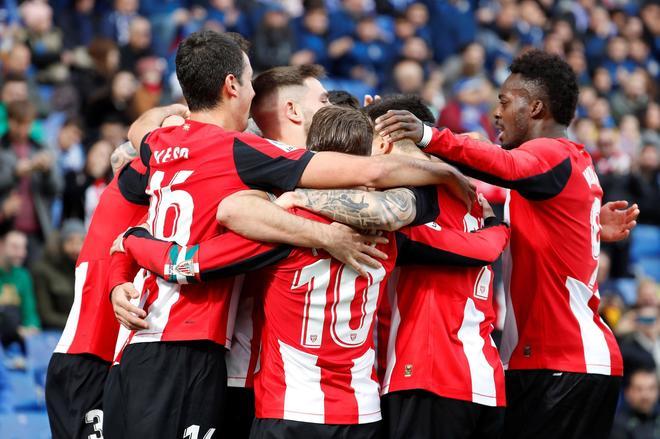 Los jugadores del Athletic de Bilbao celebran el gol de Asier...
