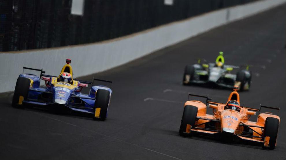 Rossi, en paralelo con Alonso en la Indy500 de 2017.