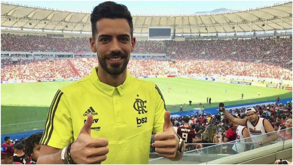 Pablo Marí posa para MARCA con Maracaná de fondo.